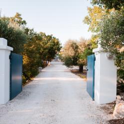 Il cancello in fondo alla strada per raggiungere la casa vacanze Tre Casiedde