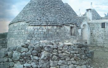 Dettaglio di muro a secco e trullo antico - Casa vacanze Tre Casiedde