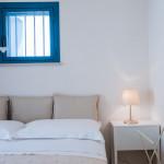 Soffici cuscini su un letto spazioso e comodo... per la tua vacanza da sogno in Puglia!