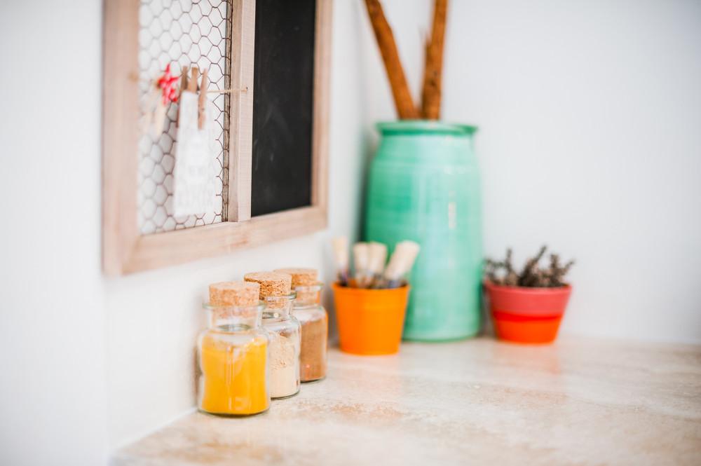 L'angolo delle spezie nella cucina della casa vacanze Tre Casiedde