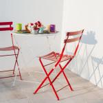 Tavoli e sedie in ferro battuto rosso e bianco... la bellezza è di casa a Tre Casiedde!