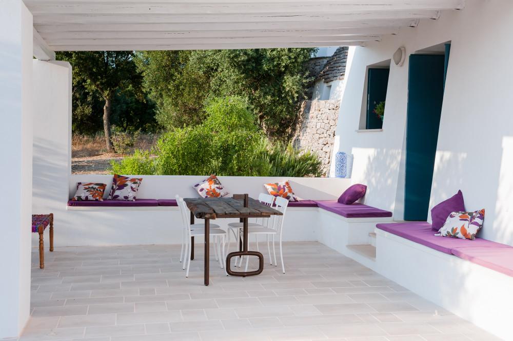 La veranda principale e il tavolo-porta - Tre Casiedde in Puglia