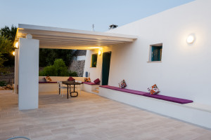 La veranda principale di Tre Casiedde al tramonto in Puglia