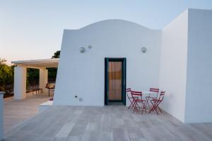 La veranda secondaria di Tre Casiedde al tramonto in Puglia