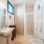Vista completa di un bagno della casa vacanze Tre Casiedde