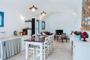 Il tavolo, il piano cottura e l'angolo relax... non manca nulla nella cucina di Tre Casiedde!