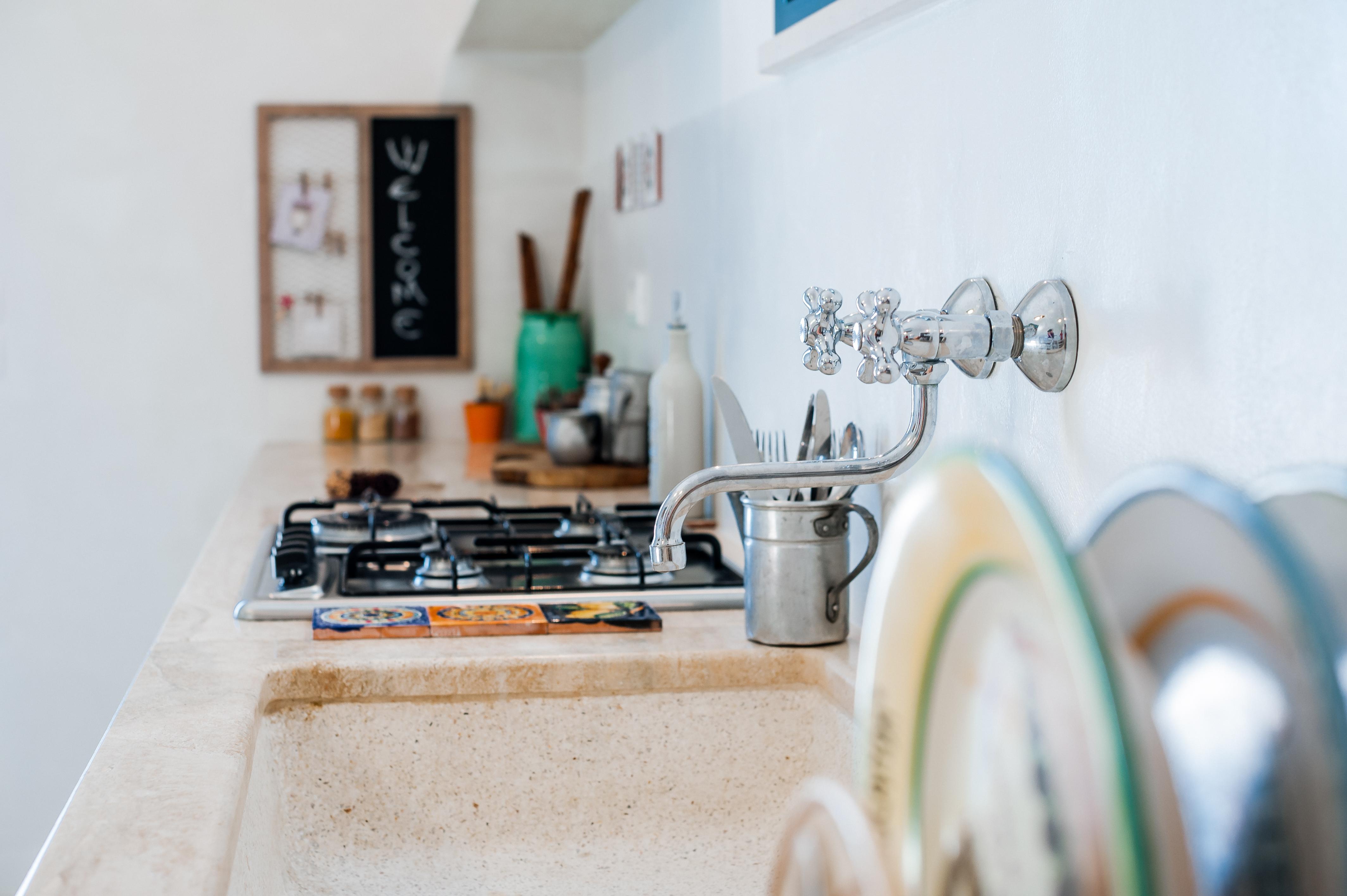 La nostra cucina ha tutto quello che ti serve per la tua vacanza in Puglia, e per il tuo aperitivo o colazione da noi.