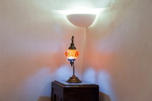 La lampada a muro è frutto di artigiani locali ostunensi