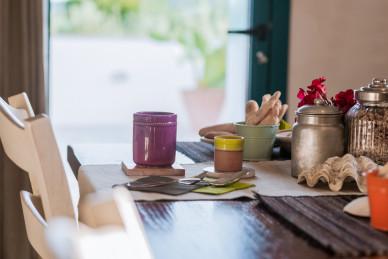 Piatti e bicchieri in coccio o ceramica, portapane in latta... i dettagli fanno la differenza!