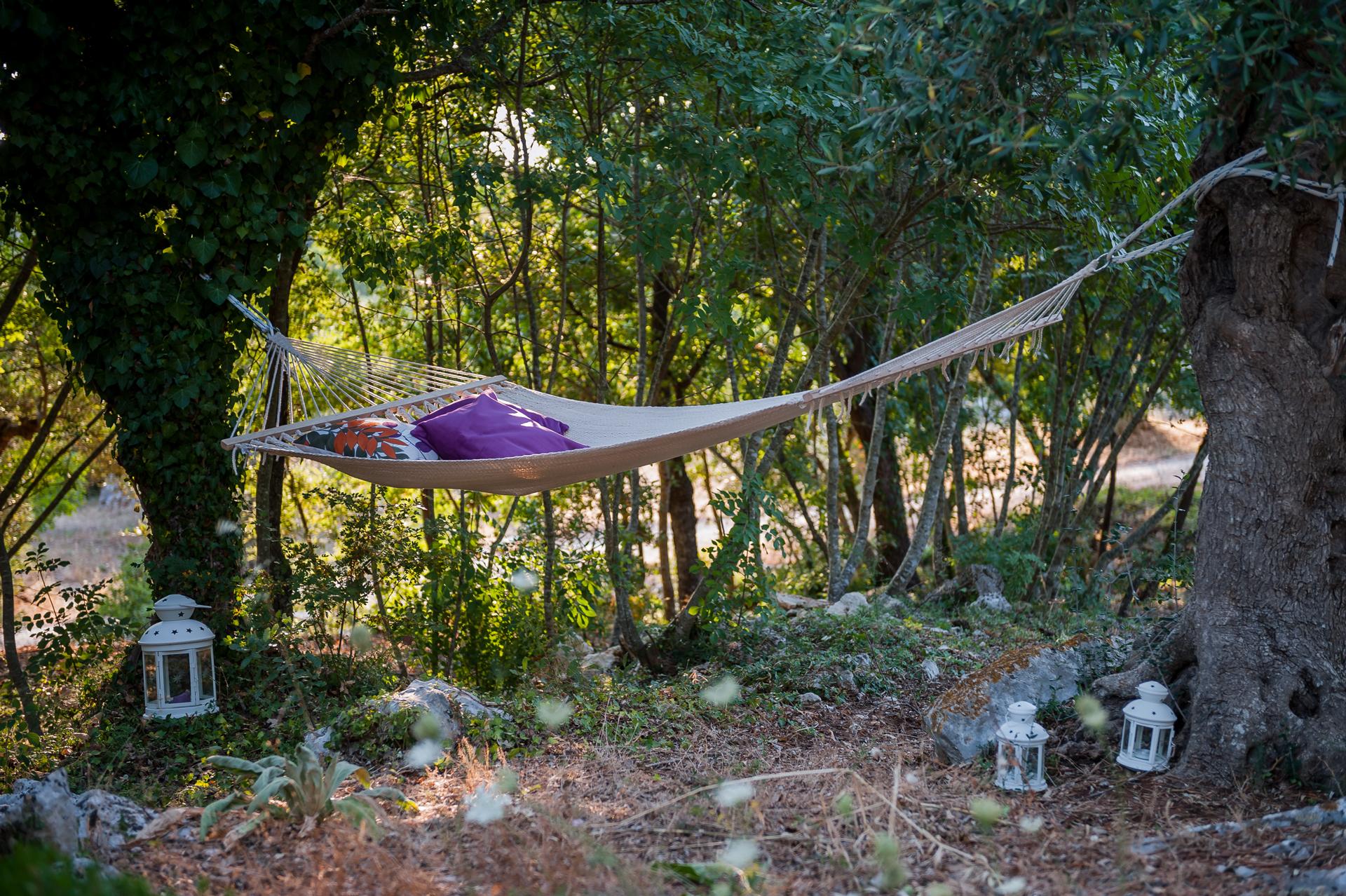 Un'amaca nel bosco è l'ideale per rilassarsi godendo dei profumi della natura... solo da Tre Casiedde!